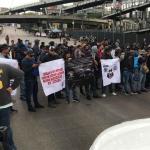 Policías federales se manifiestan y cierran accesos al AICM
