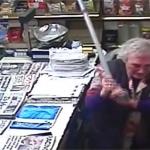Abuelita agarra a bastonazos a ladrón para defender su negocio