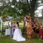Se disfraza dama de honor de dinosaurio en la boda de su hermana