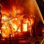 Fuertes incendios provocan desalojo de vecinos en California
