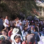 Suspenden clases y marchan maestros por falta de pagos