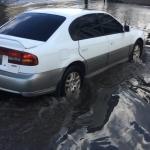 Dejan lluvias en Ensenada calles inundadas y un hombre atrapado en vehículo
