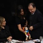 Regala Senadora del PAN muñeco de Pinocho a Durazo