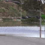 Esperan a que baje el nivel de agua para destapar pluvial en Libramiento Sur